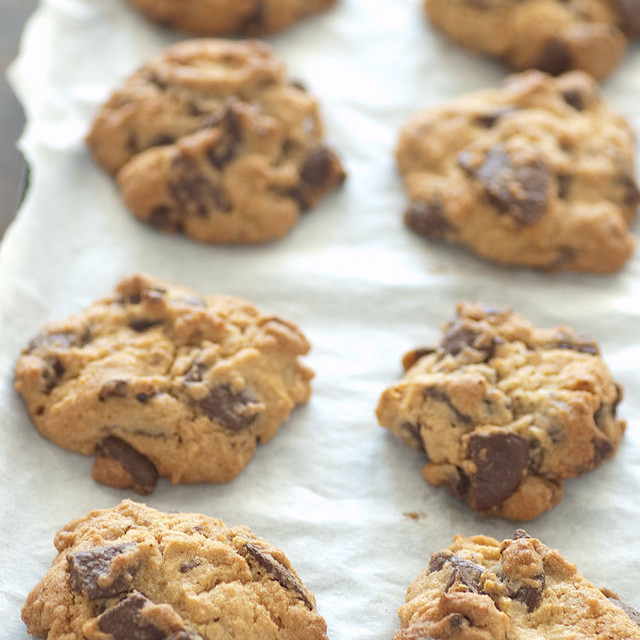 Chocolate_chip_cookies_on_parchment_paper,_August_2009